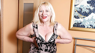 Unjust British Housewife Playing With Her Hairy Snatch - MatureNL