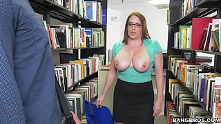 Busty mature Maggie Green drops surpassing her knees to in all directions a blowjob