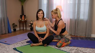 Fit babes Serene Siren coupled with Lexi Luna share a bath coupled with make love